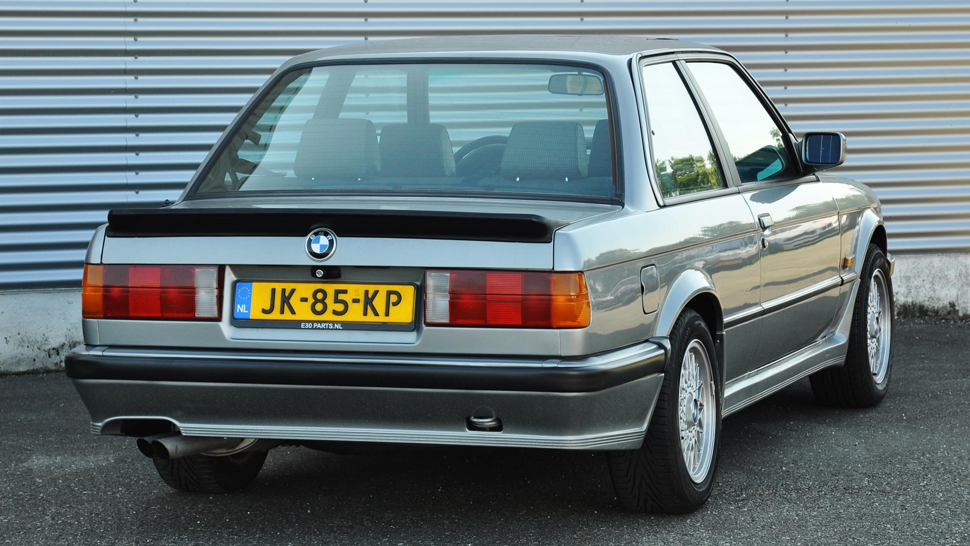 Elmark-online-automotive-content-marketing-1983-BMW-E30-320i-22